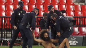 Выбежал голым на поле: во время матча Лиги Европы произошел забавный инцидент