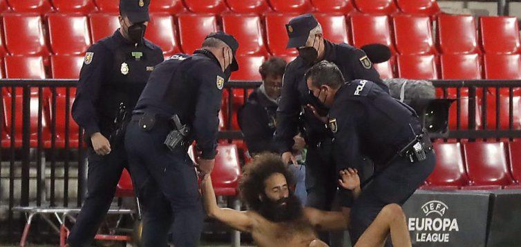 Вибіг голим на поле: під час матчу Ліги Європи стався кумедний інцидент