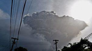 На Карибах из-за извержения вулкана эвакуировали 16 тысяч человек
