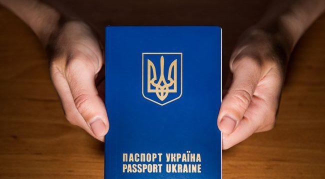 Мешканка Харкова, яка викинула в урну паспорт України, скаржиться на цькування і погрожує судом