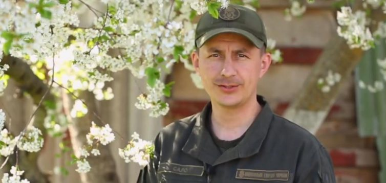 Бойцы из зоны ООС записали трогательное поздравление ко Дню матери. ВИДЕО