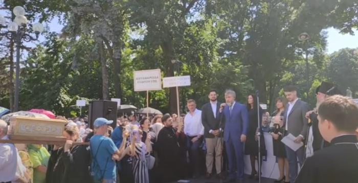"""Депутат від """"Слуги народу"""" разом з олігархом Новинським мітингували на підтримку Московського патріархату"""