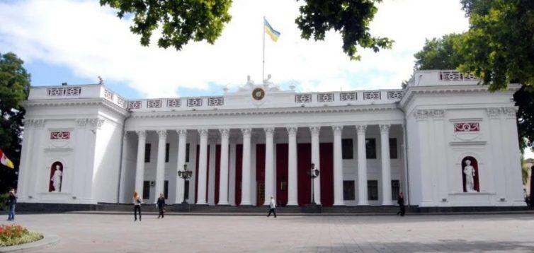 """Одесский чиновник не зміг вимовити слово українською і """"завис"""". ВІДЕО"""