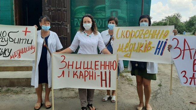 Медики, яким три місяці не платять зарплату, перекривали трасу на Харківщині