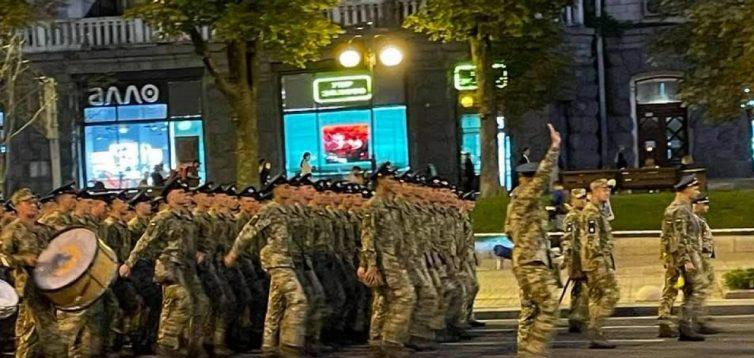 Військові погодилися повторити пісню про Путіна на наступній репетиції параду, – Бутусов