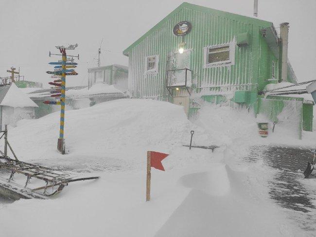 """Розчищали сніг всю ніч: на українську полярну станцію """"Академік Вернадський"""" обрушилася зима"""