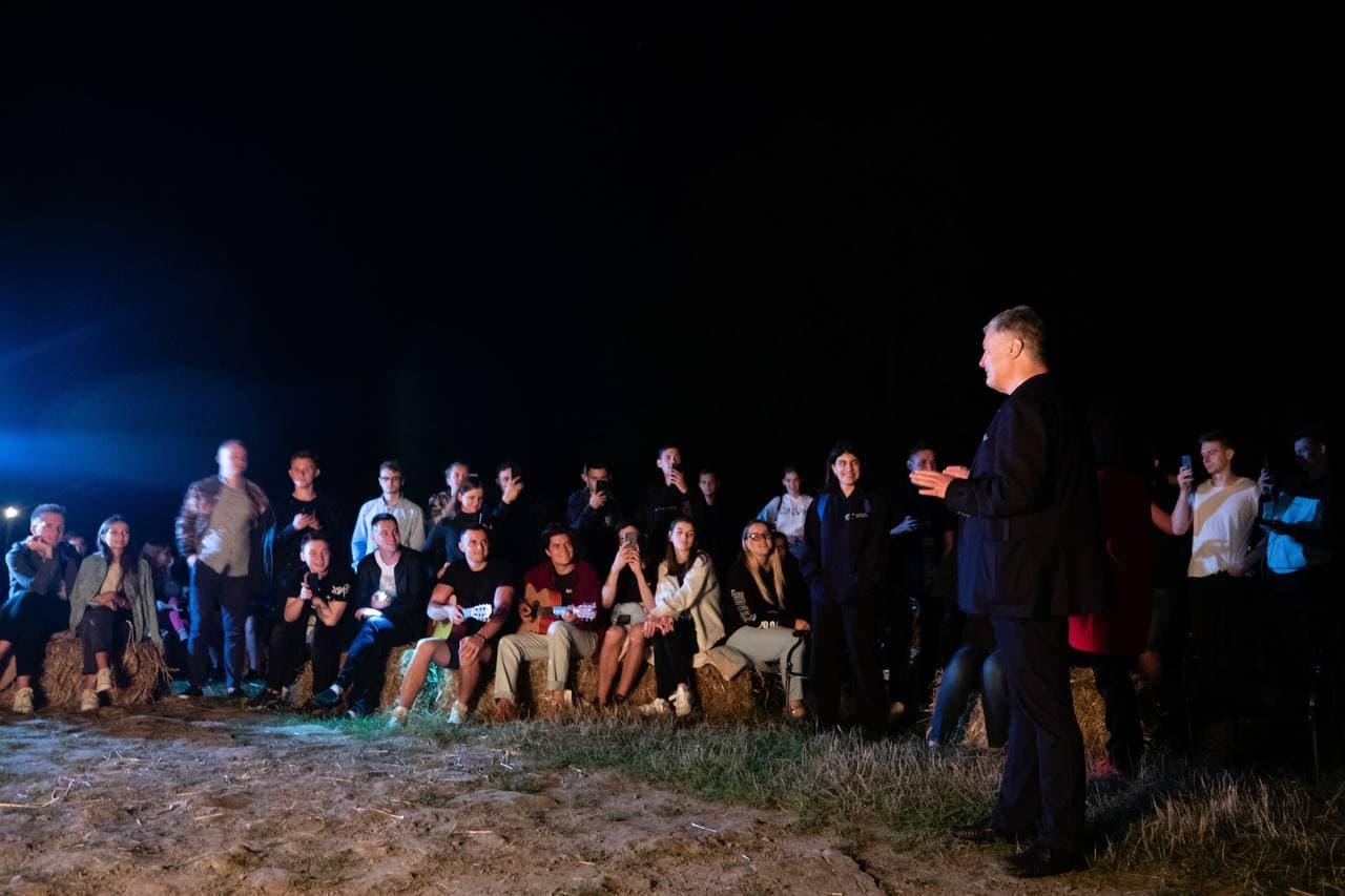 """""""Закладаємо круту традицію"""": Порошенко з молоддю заспівав пісень біля вогнища на Закарпатті. ФОТОРЕПОРТАЖ"""
