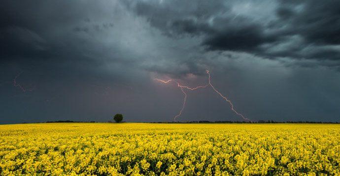 В Україні очікуються грози, град і шквали