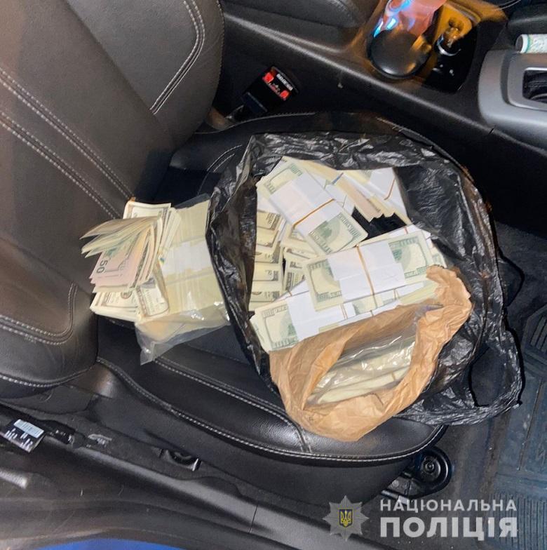 У Києві двоє чоловіків намагалися продати 240 тисяч фальшивих доларів