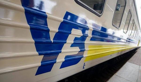 """Журналістів вигнали в інший вагон поїзда на Трускавець, бо на їхніх місцях захотіли їхати """"слуги народу"""""""
