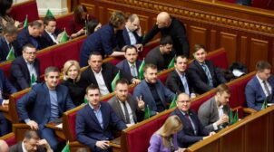 Депутаты от «Слуги народа» обмениваются родственниками, беря помощниками на зарплату из бюджета