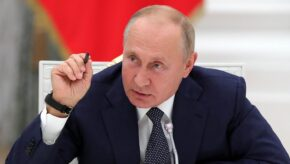 """Путін заявив, що з ЄС приїжджають до Росії, щоб зробити щеплення """"Супутником"""", а потім купують довідку, що щеплені Pfizer"""