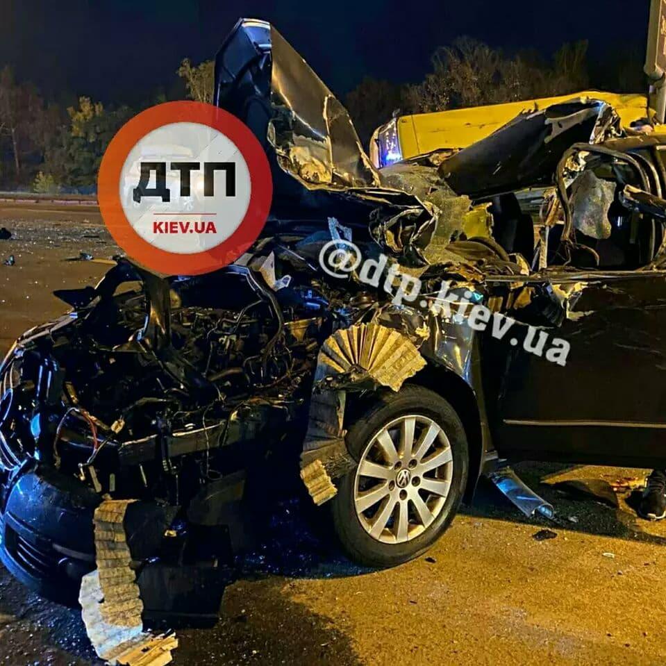 У Києві Volkswagen на величезній швидкості врізався в маршрутку: повідомляється про двох загиблих